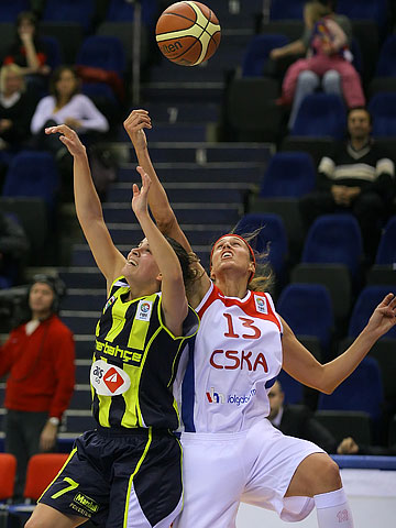 Amaya Valdemoro (CSKA Moscow, right) and Birsel Vardarli (Fenerbahce)